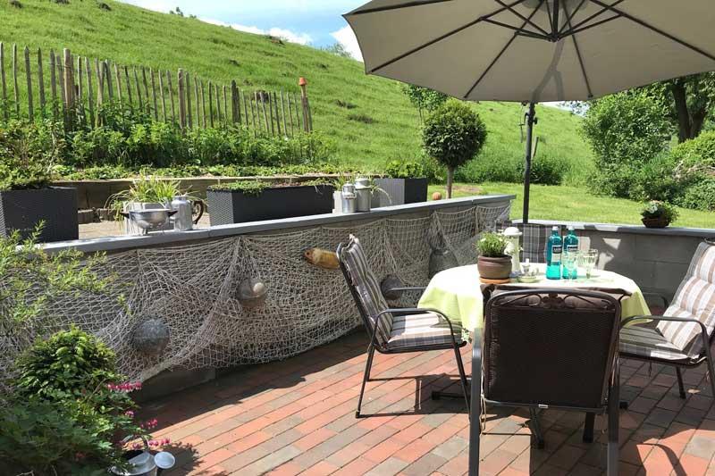 Deichschlaf Terrasse im Sommer c Hahn