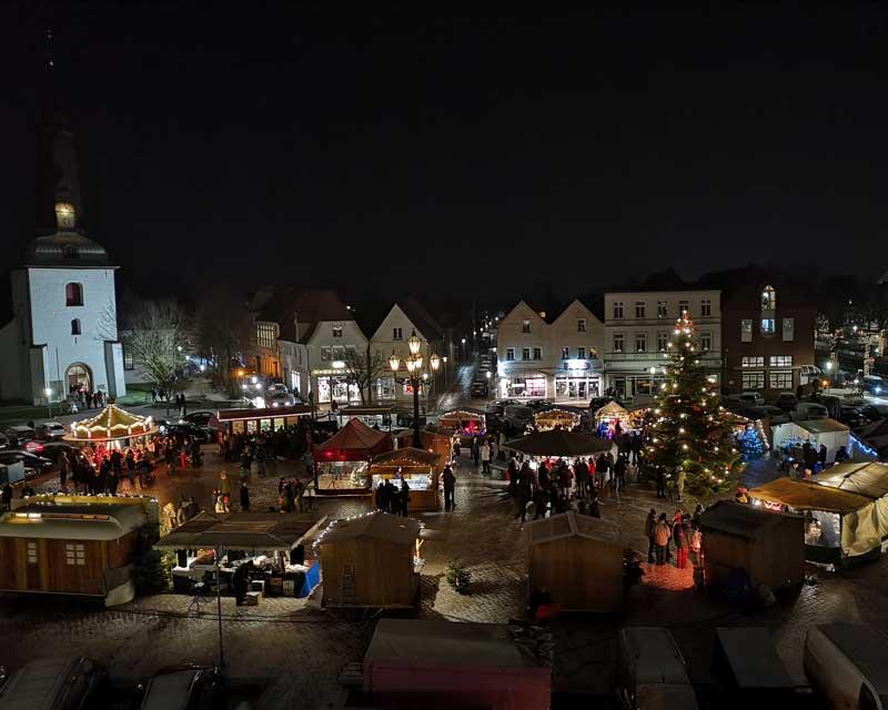 Glückstädter Weihnachtsmarkt am dritten Advent von oben.